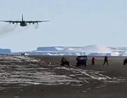 Hajmeresztő mutatvány: repülő suhant el néhány méterrel a látogatók feje felett