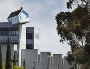 Toronyház tetején billegő kisház