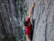 Biztosítókötél nélkül mászta meg az 500 méteres sziklafalat az amerikai sziklamászó