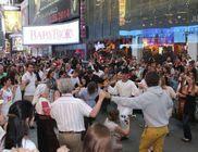 Magyar néptáncosok a Times Square-en