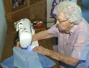 Rászoruló gyerekeknek varr ruhákat a 99 éves hölgy