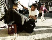 Minden vasárnap az utcát járja és hajléktalanok haját vágja a fiatal fodrász