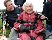 Ejtőernyős ugrással ünnepelte 100. születésnapját az idős hölgy