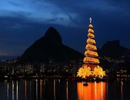 85 méter magas, úszó karácsonyfát állítottak fel
