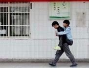 Minden nap a hátán viszi iskolába mozgássérült barátját egy 18 éves fiú