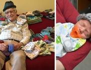 Koraszülött babáknak köt aprócska sapkákat az idős férfi