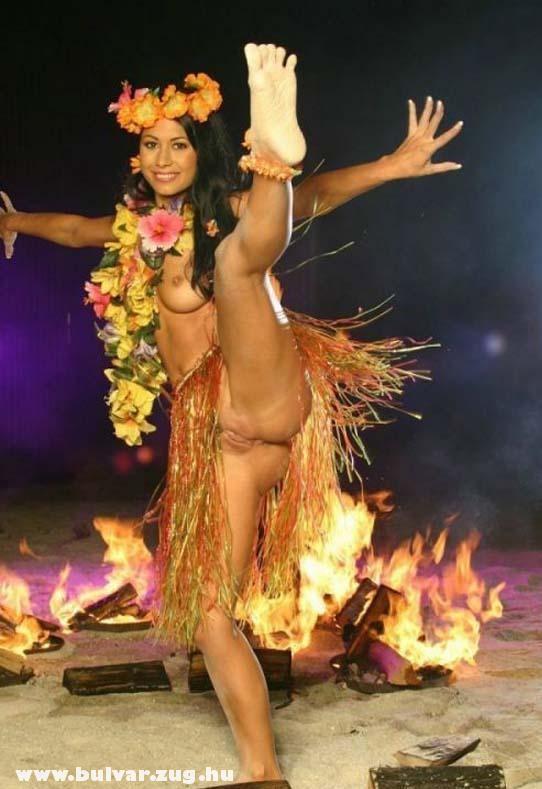 Maláj táncoslány megvillantja punciját