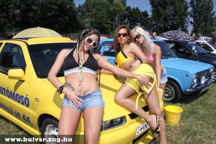 Autómosó lányok