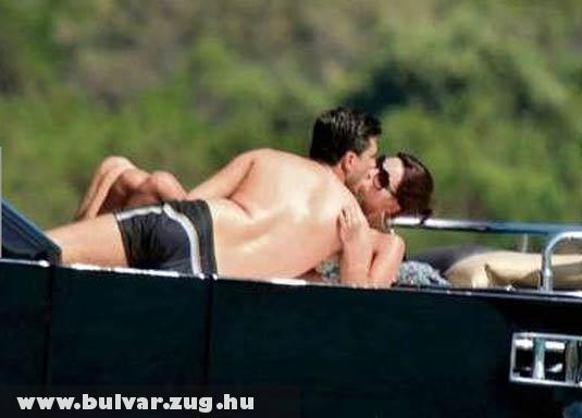 Matthaus felesége mással csókolózik