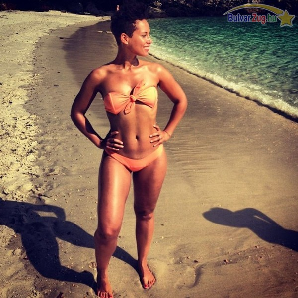 Alicia Keys a strandon mutatta meg, milyen jó formában van