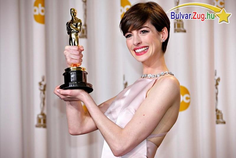 Anna Hathaway frizurája már népszerűbb mint Jennifer Anistoné