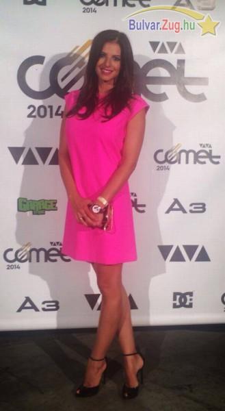 Ebben a pink ruhában jelent meg Sarka Kata a Viva Cometen