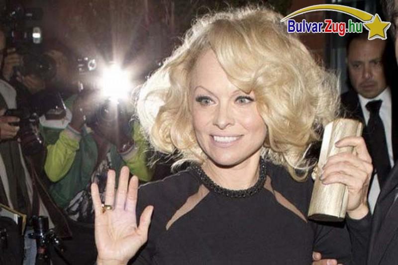 Furcsán néz ki Pamela Anderson