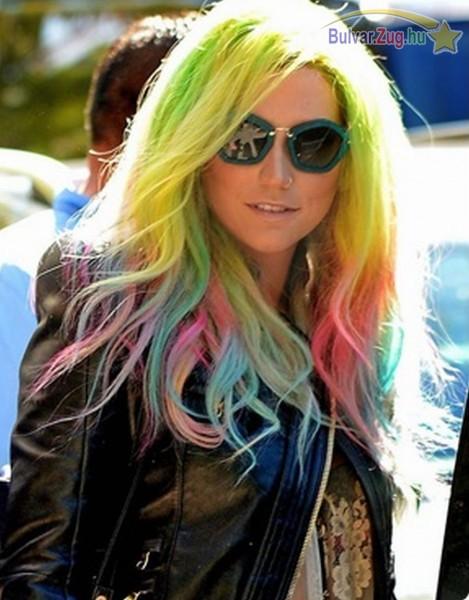 Kesha szivárványszínű hajjal
