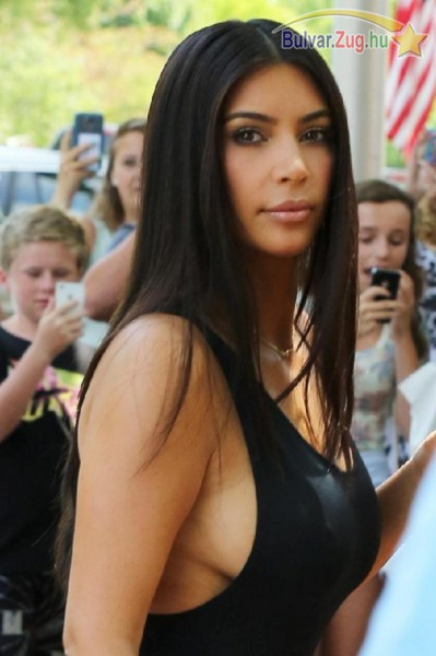 Kim Kardashian megint villantott egy kicsit