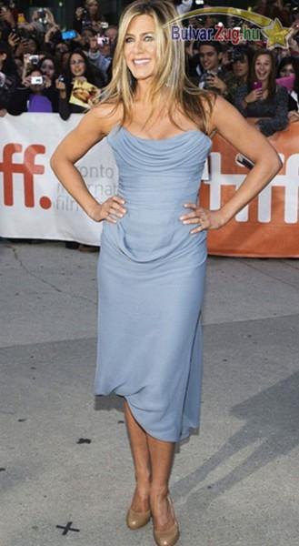 Nagy feltűnést keltett testhez simuló ruhájában Jennifer Aniston