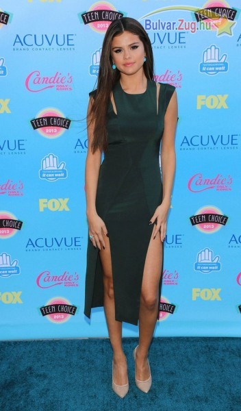 Selena Gomez mélyen skiccelt ruhábna mutatta meg formás lábait