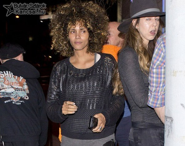Halle Berry smink nélkül és afro hajjal