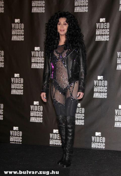 Cher átlátszó ruhában
