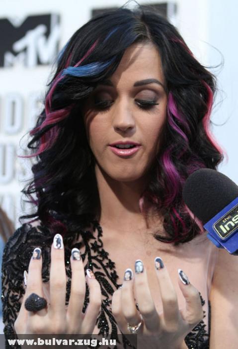 Katy Perry az ujjain hordja a võlegényét