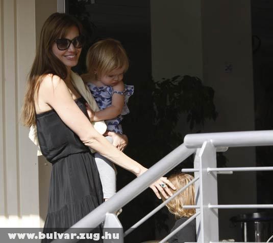 Angelina mosolygott a ferihegyi repülõtéren