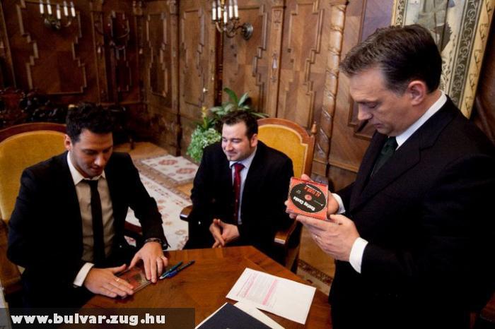 Vastag Csaba cd-t dedikált Orbán Viktornak