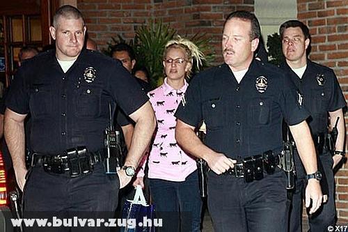 Rendõrök kísérik Britney Spears-t