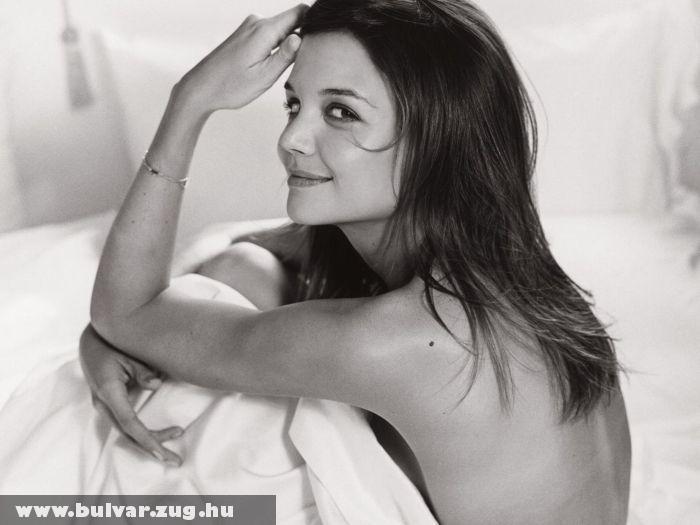 Katie Holmes az ágyban