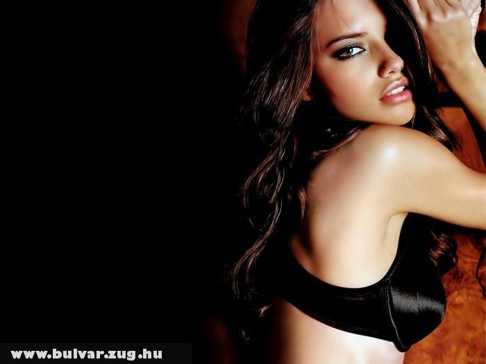 Adriana Lima a sötétben