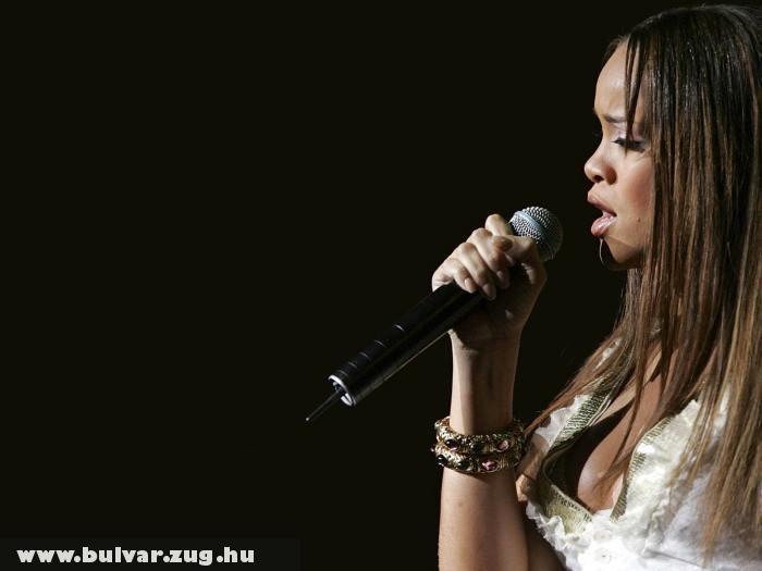 Rihanna énekel