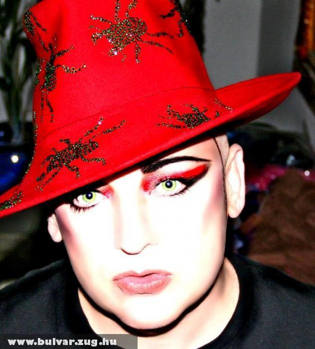Boy George piros kalapban