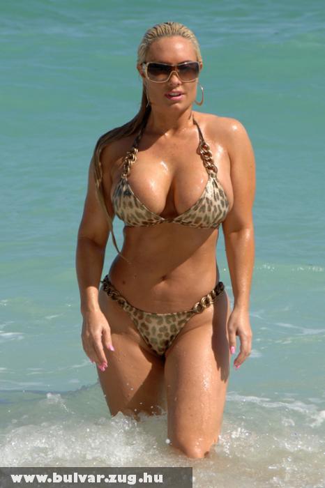 Coco bikiniben