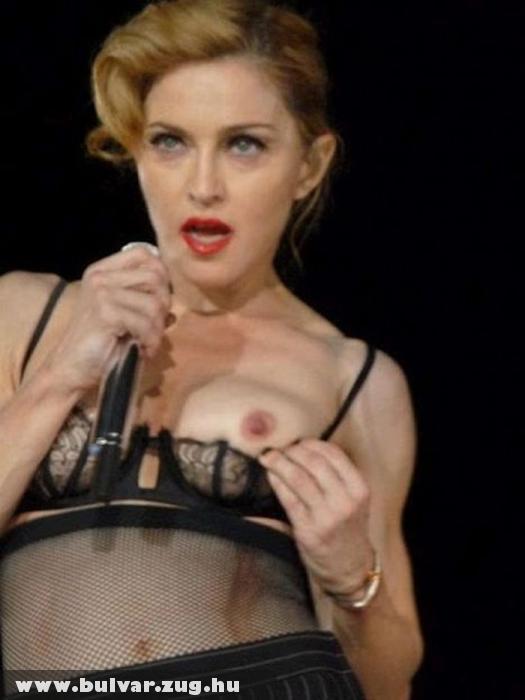 Madonna megmutatta Párizsban a másik mellét is