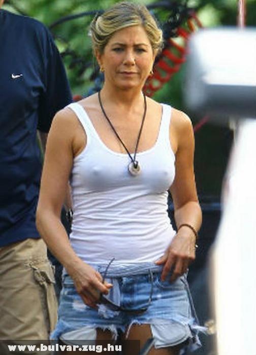 Mellbimbót villantott Jennifer Aniston
