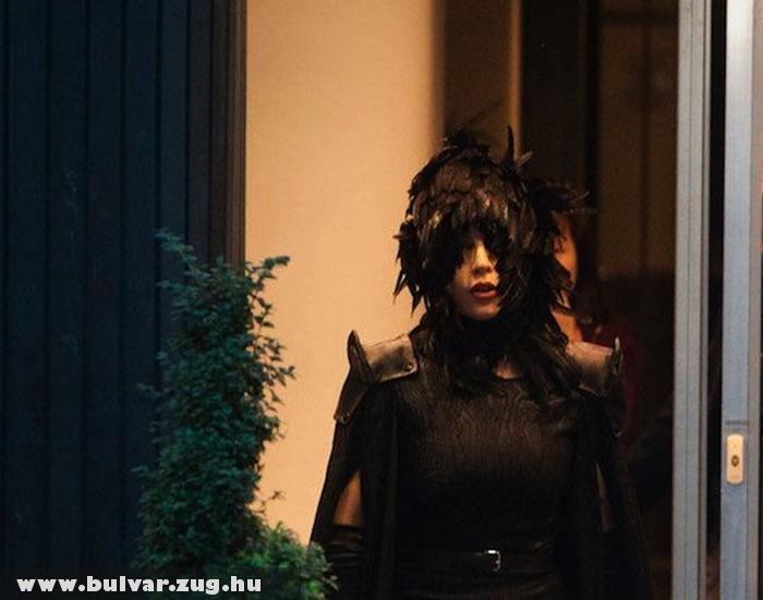 Madárnak öltözött Lady Gaga