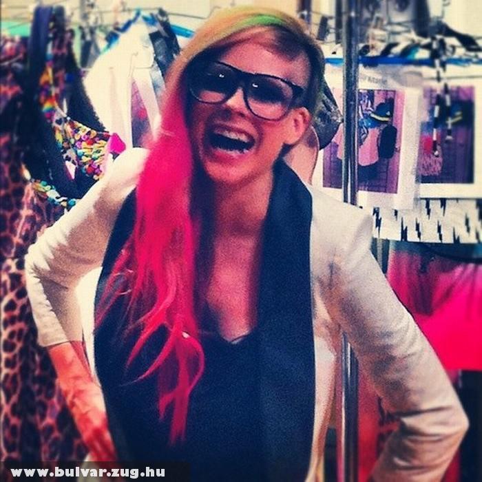 Avril Lavigne extrém külseje a divathéten