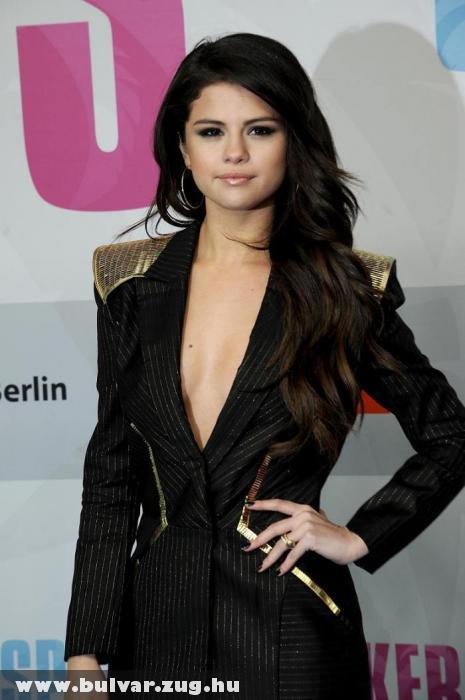 Mély dekoltázsú ruhában jelent meg Selena Gomez a premieren
