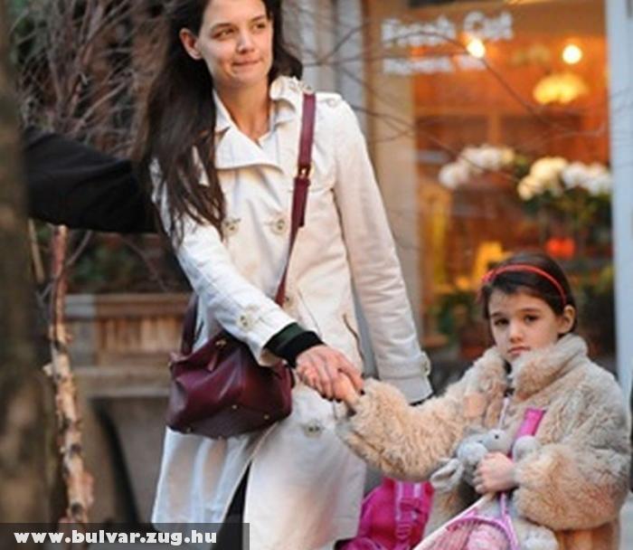 Katie Holmes teniszezni viszi gyermekét