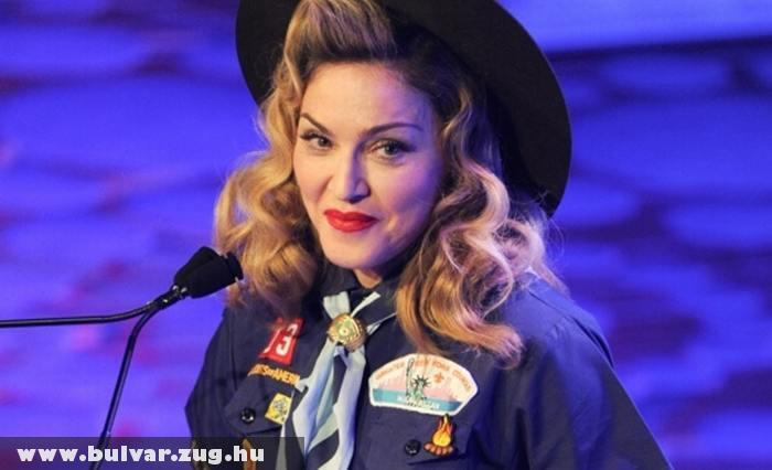 Kiscserkész ruhát öltött Madonna