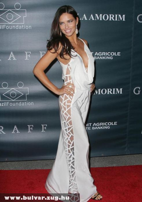 Adriana Lima bugyi nélkül és kihívó ruhában jelent meg