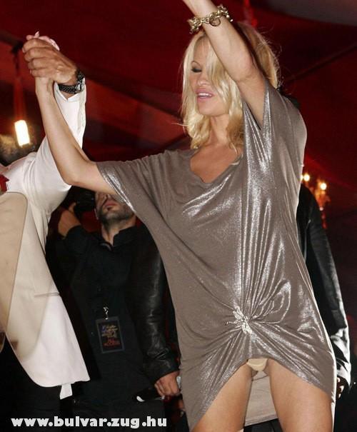 Tánc közben megvillan Pamela Anderson bugyija