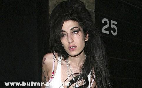 Amy Whitehouse kiütve a drogoktól
