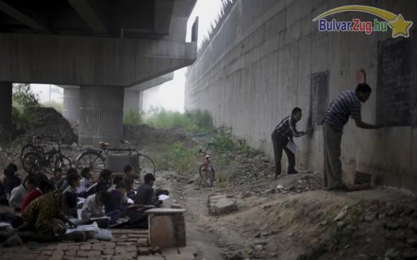 Indiai hajléktalan gyerekeknek a híd alatt tartanak önkéntes alapon tanórát