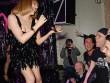 Kylie Minogue parókában és miniben