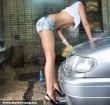 Autómosás magassarkúban