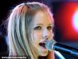 Avril Lavigne és a mikrofon