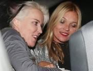 Túlságosan kiütötte magát Kate Moss, a taxiba sem tudott egyedül beszállni