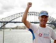 Húsz és fél hónap alatt futotta  körbe a Földet egy ausztrál férfi